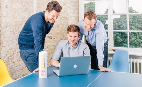 Die Idee zu ihrem Müsli-Shop hatten die Betriebswirtschafts-Absolventen Hubertus Bessau und Philipp Kraiss sowie der Jurist Max Wittrock im Jahr 2005 in ihrer Passauer Studenten-WG. Foto: obx-news/Viktor Strasse
