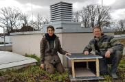 Iris Schneider und Oliver Weiß stellen das neue Möwenhaus auf dem Hochschuldach auf. Foto / NABU Worms-Wonnegau