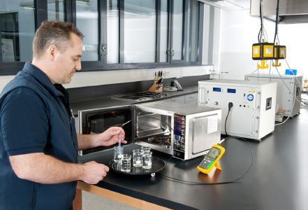 In der Testküche von TÜV SÜD werden Mikrowellen hinsichtlich ihrer Sicherheit und der angegebenen Leistungskriterien geprüft. Unter anderem auch, ob die Hitze im Garraum gleichmäßig an die zu erwärmenden Lebensmittel abgegeben wird