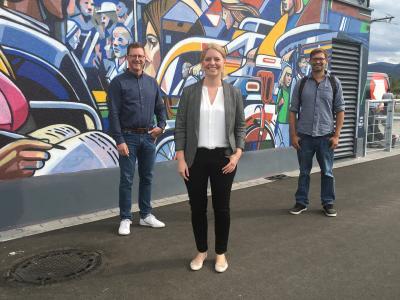 Im Hintergrund die Rückseite des Aufsichtsgebäudes an der künftigen Stadionhaltestelle mit (v.l.:) Andreas Blaudszun, Bauabteilung VAG, Susanne Herzog, Marketingleiterin VAG und dem Künstler Tom Brane