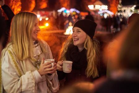 Der Adventsmarkt lädt zum Schlendern und gemütlichen Beisammensein ein (© Foto Mayer)