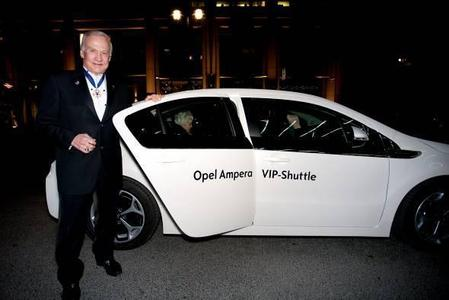 """NASA-Wissenschaftler Dr. Edwin """"Buzz"""" Aldrin, Astronaut der legendären ersten Mondlande-Mission Apollo 11 und Leiter des Opel Project Earth, fuhr zur Eröffnung der Gala Cinema for Peace mit dem Elektroauto Opel Ampera vor"""