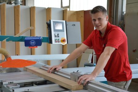 Auf den Millimeter genau: Manuel Krohmer in der Möbelschreinerei / Foto: SchwörerHaus