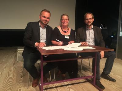 Die drei Museen unterschreiben das Gründungsdokument für den NORDMUS-Verbund / Foto: Museum Lolland-Falster: v.l.: Eskil Vagn Olsen, Ulla Schaltz und Stephan Meinhardt