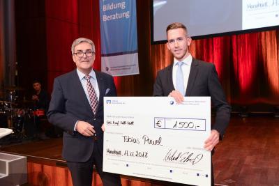 Michael Schreiber (links), Firmenkundenbetreuer der VR Bank Rhein-Neckar eG, bei der Übergabe des Förderpreises an den Preisträger Tobias Pawel (rechts), Quelle: Rittelmann