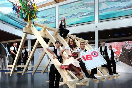 Alles unter einem Dach: Die Handwerksinnungen präsentieren sich auf der IBO mit einem neuen Auftritt. Einen Vorgeschmack gab es auf der Pressekonferenz: Angehende Zimmerleute der Claude Dornier Schule Friedrichshafen bauen einen schwebenden Dachstuhl auf