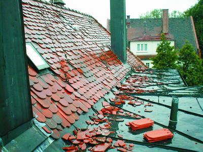 Nach großflächigen Unwetterereignissen arbeiten die Dachdecker-Innungsbetriebe nach Dringlichkeit. Im Stich gelassen wird kein Geschädigter.