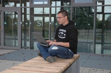 """: """"Die ideale Lösung"""" findet Student Christian Henle innovative """"Virtual Desktops"""". Damit kann er mit dem eigenen Laptop überall auf benötigte Programme zugreifen: Auf dem Campus, aber auch im Urlaub oder zu Hause"""