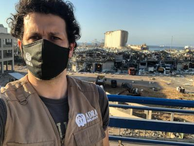 ADRA Helfer zeigt die massiven Zerstörungen im Hafen von Beirut