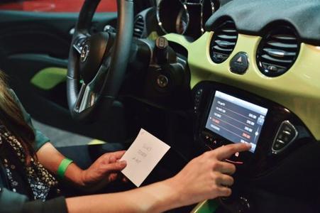"""Wettbewerb: Opel ADAM Feature """"IntelliLink"""" bei der Opel """"Sonderprüfung"""" während der Abschlussparty der Creme 21 Youngtimer-Rallye"""