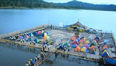 Pfadfinder-Zeltlager auf einem Ponton im Fluss Sepik, Papua-Neuguinea / © Foto: Adventist Record