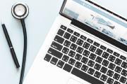 Jetzt können Arbeitnehmer den Krankenschein online kaufen. Möglich macht das eine Lockerung des Fernbehandlungsverbotes, die Mitte 2018 beschlossen wurde (Foto: ots/KLUGO GmbH)