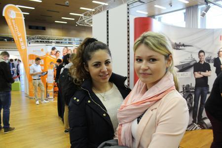 Christina Flaum (rechts im Bild), und Alina Hodikjan, beide Wirtschaftswissenschaften-Studierende (Bachelor), sind auf der Suche nach Praktikumsangeboten