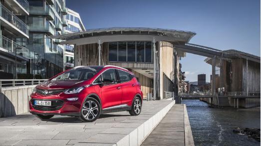 So sieht alltagstaugliche Elektromobilität aus: Der Opel Ampera-e überzeugt mit einer klassenführenden elektrischen Reichweite, viel Platz für bis zu fünf Personen samt Gepäck – und macht dabei so richtig Fahrspaß