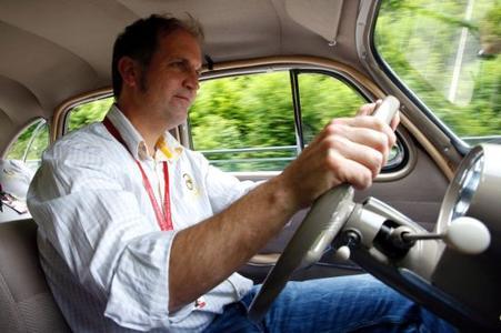 Hanns Werner Wirth, anerkannter Rallye-Fahrer in der Oldtimer-Szene, am Steuer des Opel Kapitän 1952