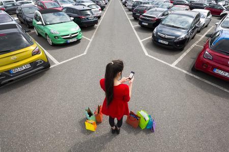 Äußerst hilfreich: myOpel-App-Nutzer können nicht nur den gewünschten Zielort vom Smartphone ans Fahrzeug-Navi senden, sondern der Standort-Suchfunktion auch nützliche Kommentare oder sogar ein Foto hinzufügen – umso leichter findet sich das Auto wieder. Der Timer erinnert zudem rechtzeitig an das Ende der Parkfrist