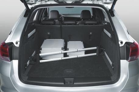 Clever geteilt: Mit der FlexRail Trennstange lässt sich der Kofferraum individuell in zwei Hälften unterteilen – und die Ladung sitzt fest