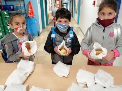 Vor dem Unterricht holen sich die Kids ihr Brotzeitsackerl ab.