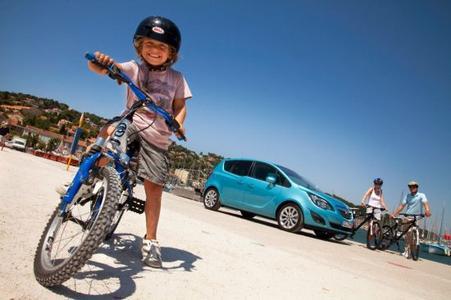 Spaß mit der ganzen Familie: Opel ist der einzige Automobilhersteller, der das vollintegrierte FlexFix-Trägersystem anbietet. Damit ist Fahrradfahren jederzeit an jedem Ort möglich