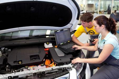 High-Tech: Mit fortschrittlichen Geräten erlernen Opel-Azubis den Umgang mit den modernsten Autos