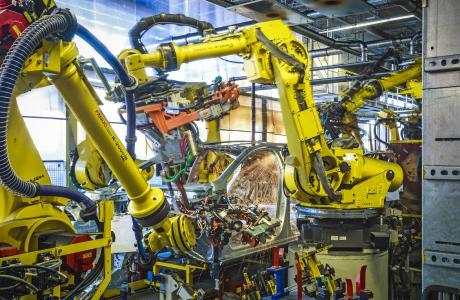 Im neuen Karosseriewerk: Neben verschiedenen Schweißtechniken kommt vermehrt Strukturkleber zum Einsatz. Dies ermöglicht die Verbindung verschiedener Materialien wie hochfester Stähle oder Aluminium