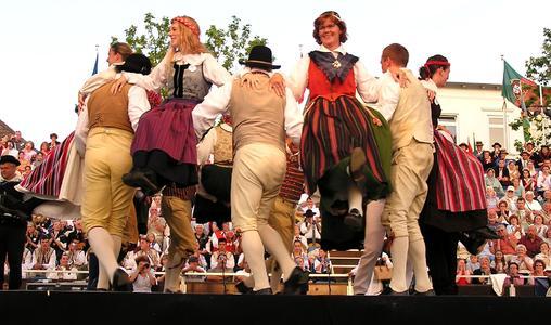 Neustadt an der Ostsee zeigt Trachten, Tänze, Temperamente