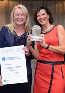 9-Levels zertifizierte Trainerin Ruth Weber (l.) und Ihre Kollegin Sylvia Thiel (r.) nach der Auszeichnung