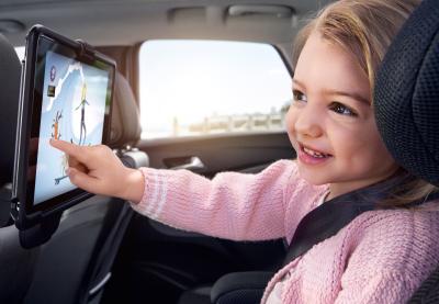 So schön kann Autofahren sein: Mit dem im FlexConnect-Träger befestigten Tablet haben die Kinder viel Spaß und die Eltern genießen eine erholsame Reise im Opel Crossland X