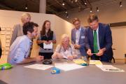 """Das diesjährige Netzwerktreffen der """"Partnerschaft Umwelt Unternehmen"""" stand ganz im Zeichen nachhaltiger Mobilität: Die 70 Gäste und Umweltsenator Lohse besuchten die Sonderausstellung """"BIKE IT"""" im Universum Bremen und versuchten sich an den zahlreichen Mitmachstationen."""