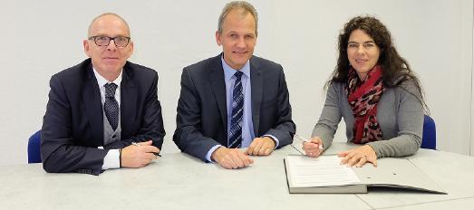 Sie unterzeichneten den Kooperationsvertrag (v.l.): Wolfgang Meier, Geschäftsführung Personal & Organisation, Arbeitsdirektor Pirelli Deutschland, Michael Wendt, Vorsitzender der Geschäftsführung Pirelli Deutschland, Stefanie Rhein, Direktorin des Caritasverbands Darmstadt e.V.