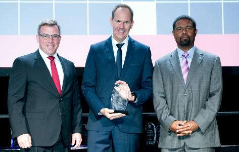 Andre Seeck, Abteilungsleiter der BASt, nahm den Preis bei der diesjährigen ESV-Konferenz in den USA entgegen (Bild: NHTSA)