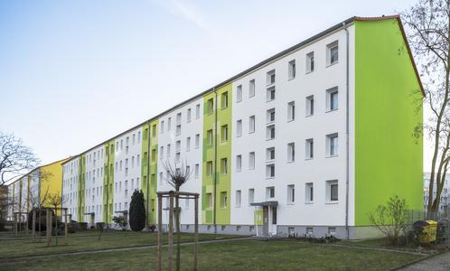 Die vollflächige Beschichtung der fensterlosen Giebelwände leitet die Farbgebung jedes Hauses in der Moskauer Straße 2 bis 38 in Halle mit einem Paukenschlag ein. Gefordert waren Werkstoffe, die über ein Höchstmaß an Farbtonstabilität verfügen. Fotos: Caparol Farben Lacke Bautenschutz