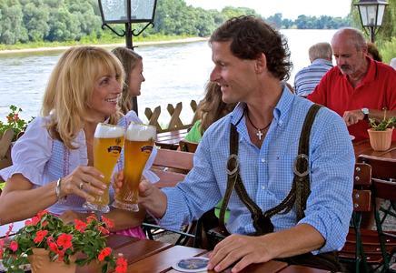 Bier verbindet: bayerisch-österreichische Gemütlichkeit an der Donau bei Deggendorf. Foto: obx-news/Tourismusverband Ostbayern