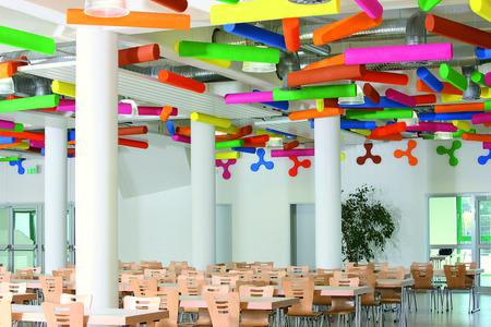Farbige Formen machen Kindern Spaß: Mit der Innenfarbe CapaTrend beschichtete Baffles schmücken Räume und verbessern zugleich die Akustik