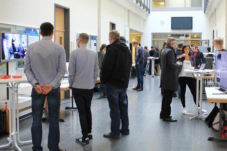 Auf der Informatik-Messe an der Hochschule Osnabrück stellten sechs Projektteams ihre Software Engineering-Projekte vor