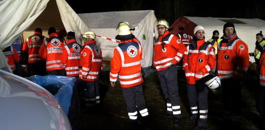 Rettungskräfte des Deutschen Roten Kreuz stärken sich nach einer kalten und langen Übungsnacht