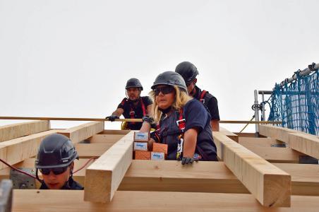 Teamarbeit und Sicherheit – das sind die obersten Gebote, die Dachdecker schon in der ersten Stunde ihrer Ausbildung lernen