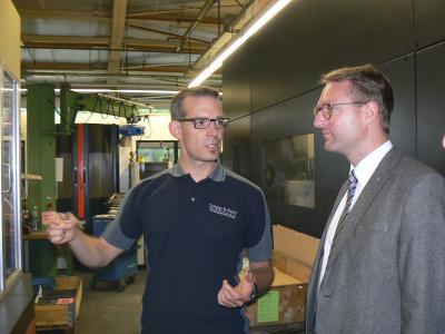 Geschäftsführer Marco Herzberger im Gespräch mit dem Ersten Kreisbeigeordnetem Dr. Jens Mischak (Foto: Sabine Galle-Schäfer/Vogelsbergkreis)