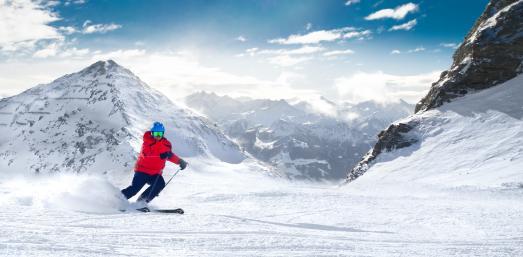 Kaum ist der Winter da, zieht es viele zum Sport in den Schnee. Gerade in Deutschland ist diese Art der sportlichen Betätigung sehr gefragt – ganze zwei Drittel der sportlich aktiven Menschen betreiben Wintersport./ Bild: gevisions/ AGR