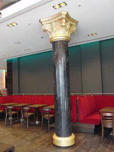 Die Marmoroptik der mit StuccoDecor DI LUCE bearbeiteten Säulen überzeugt, Foto: Caparol Farben Lacke Bautenschutz/Klaus Stollhans