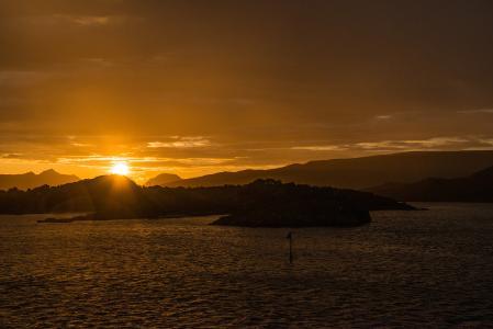 Mitternachtsonne über dem Meer