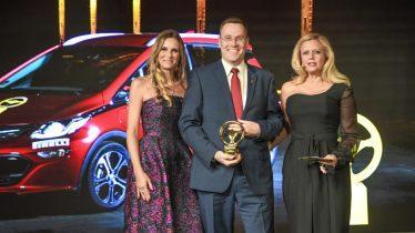 Festliche Preisverleihung: Opel-Entwicklungschef Christian Müller beim gestrigen Galaabend des Goldenen Lenkrads mit Jurypatin Eve Scheer (links) und Moderatorin Barbara Schöneberger