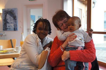 Helga Sawe mit Tochter Penelope und Annette Kotthöfer vom Klöncafé