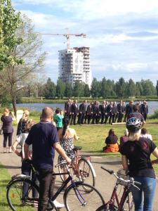 """Der schreiende Männerchor """"Mieskuoro Huutajat"""" beim Flashmob im nordfinnischen Oulu (c Pauliina Pekki)"""