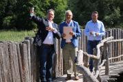 MdB Lothar Riebsamen, Museumsdirektor Gunter Schöbel und Volker Mayer-Lay in den Pfahlbauten  / Nachweis: Pfahlbaumuseum/Rainer Jäckle
