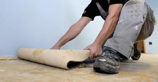 Wichtig vor dem Verlegen des neuen Bodenbelags ist, zuvor den Untergrund professionell vorzubereiten, um von vornherein Schäden auszuschließen. Hierzu zählt auch das Entfernen des alten Belags sowie vorhandener Klebstoffreste, um eine trockene und saubere Basis für die erforderlichen Vorbereitungsmaßnahmen zu haben. (c)  IBK – Initiative Bodenbeläge kleben