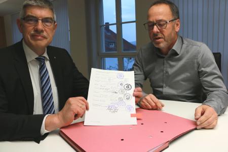 """Sämtliche Unterschriften der Bürgermeisterinnen und Bürgermeister hat Uwe Kraft, Leiter der Verkehrsbehörde, schon beisammen, auch Landrat Manfred Görig hat unterschrieben: Die Voraussetzungen für einen """"Handwerkerparkausweis Region Frankfurt-Rhein-Main"""" sind geschaffen. Jetzt sind die über 200 Ordnungsbehörden in Rhein-Main am Zug (Foto: Gaby Richter )"""