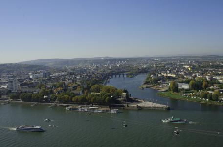 Blick von der Festung Ehrenbreitstein auf das Deutsche Eck und die mittelalterliche Balduinbrücke über die Mosel (rechts)