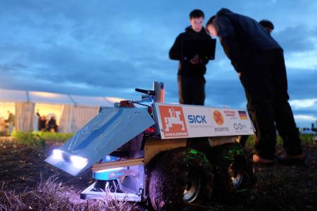 Bei den letzten Vorbereitungen zum International Field Robot Event 2016 wurde bis in den späten Abend programmiert und getestet