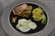 Das Hauptgericht von Jackie Johannsen: Lachsforellenfilet auf Haut gebraten, mit gelber Bete / Kartoffelstampf und marinierten Gurkenröllchen. Foto: Tobias Frick